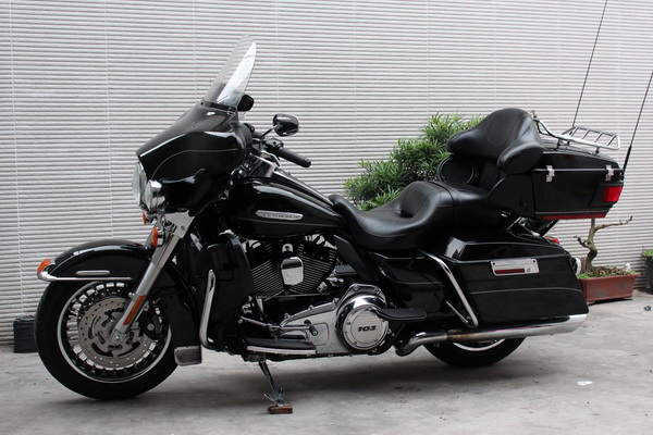 【图】2011款 黑色哈雷至尊电子油门大滑翔 定制版 103ci 机车网